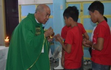 Arbp Valles distributes communion